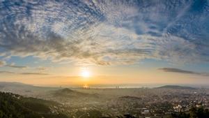 Una capa de altocumulus stratiformis undulatus tapa el sol sobre Barcelona.