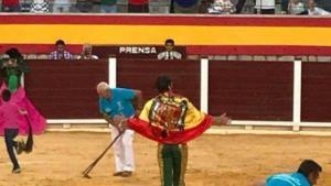 El torero Juan José Padilla paseando una bandera franquista en la plaza de Villacarrillo (Jaén)