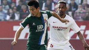 Wu Lei y Fernando, en una acción del partido disputado en Sevilla.