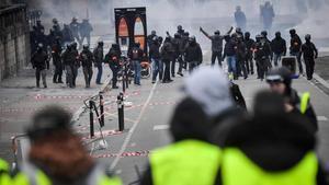 Macron demana el final de la violència per debatre les reivindicacions dels 'armilles grogues'