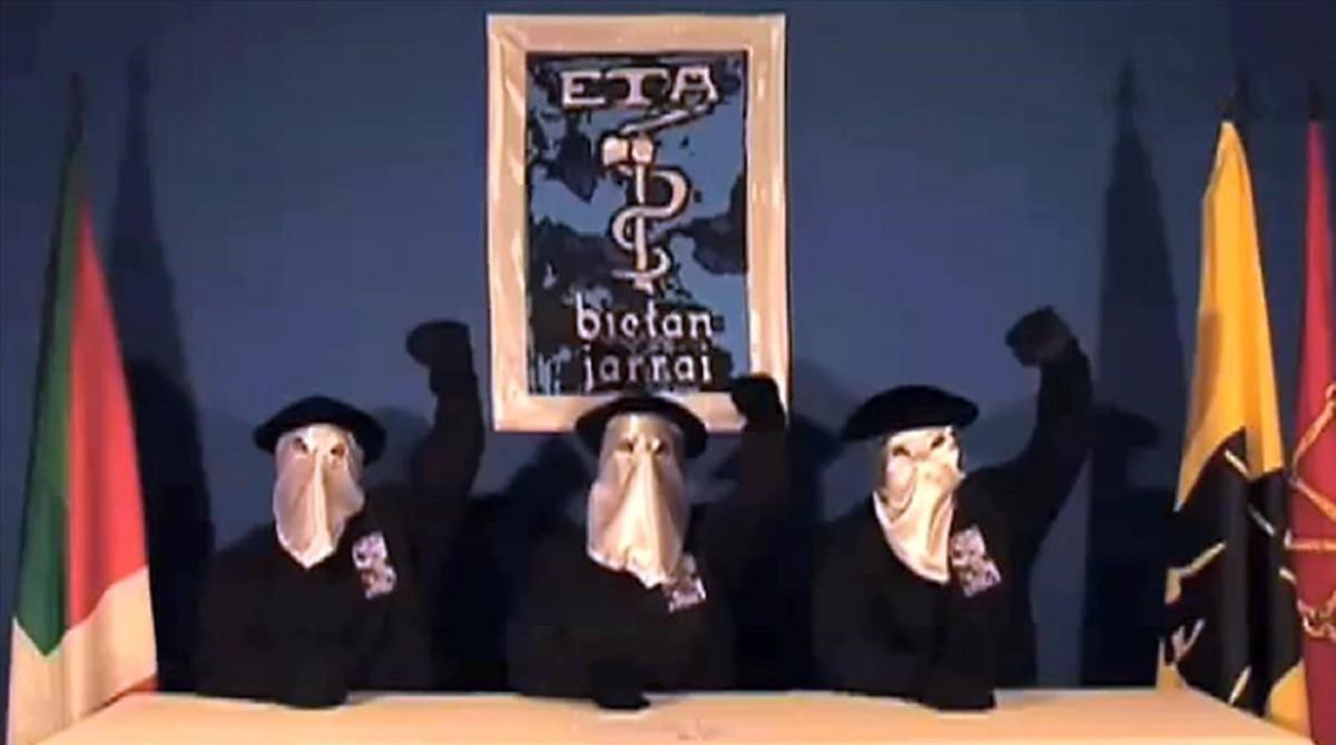 Tres miembros de ETA leen un comunicado, en septiembre del 2010.
