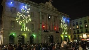 Proyección de luces en la Plaza de Sant Jaume, el jueves por la noche durante la inauguración de las fiestas de Santa Eulàlia.
