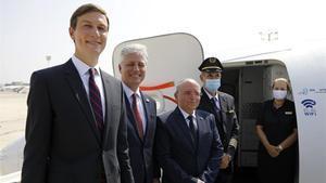 Jared Kushner, Robert O'Brien y Meir Ben Shabat suben al avión que les ha llevado a Abu Dabi, este lunes.