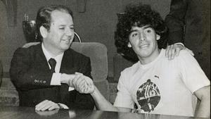 Núñez y Maradona, en la presentación oficial del astro argentino (1982).
