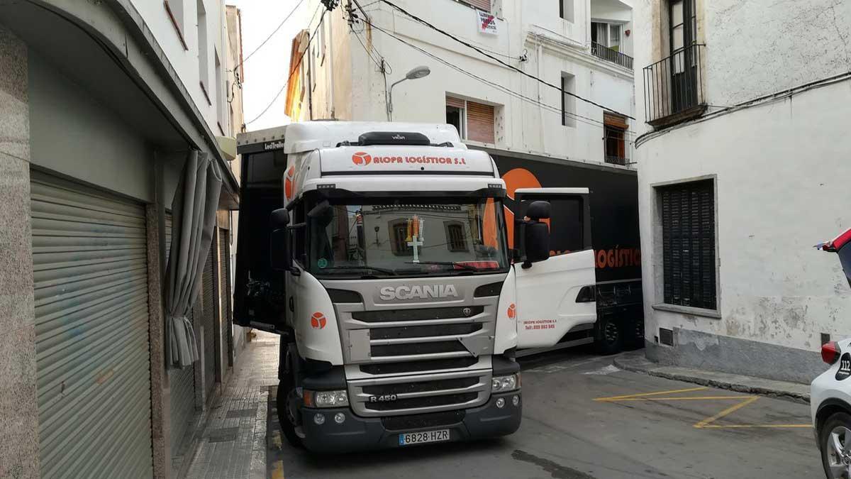 Un camionero empotra un tráiler en una calle de Sant Pol de Mar (Barcelona).