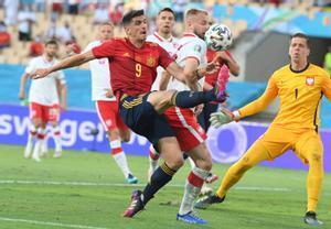 El delantero de la selección española Gerard Moreno (i) remata un balón en el partido ante Polonia.