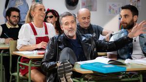 Emilio Aragón, Dani Rovira y algunos de los colaboradores de 'La noche D' en un sketch.