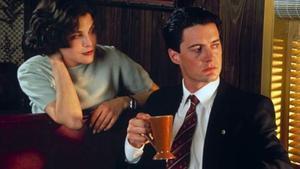 Sherilyn Fenn (Audrey Horne) y Kyle MacLachlan (Dale Cooper), en una escena de 'Twin Peaks'.