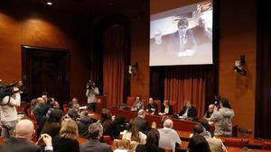 Puigdemont se dirige por videoconferencia a los asistentes a la reunión del grupo parlamentario de JxCat, este martes.