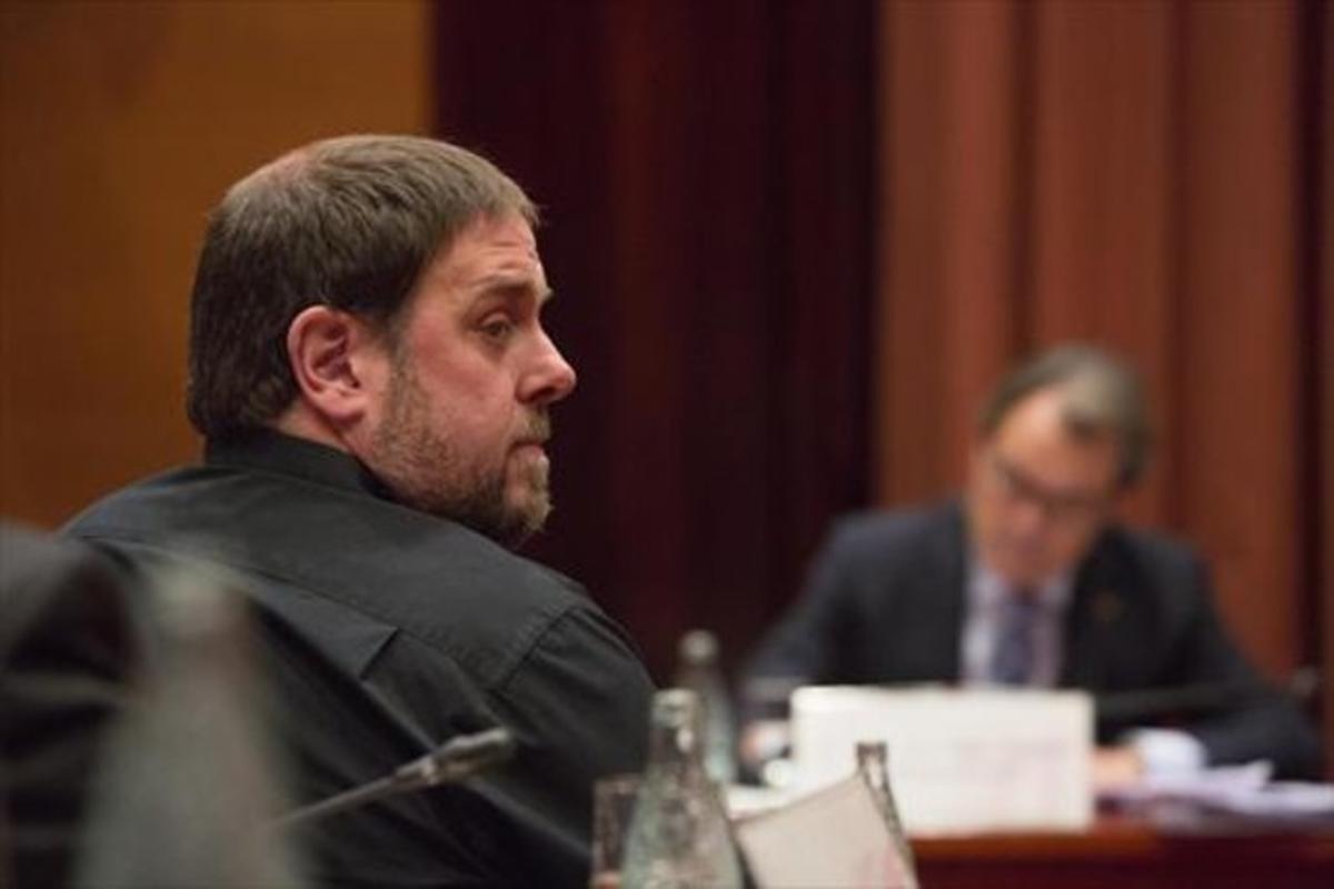 Oriol Junqueras, durante la comparecencia de Artur Mas (al fondo) ante la Diputació Permanent del Parlament el pasado 23 de octubre.