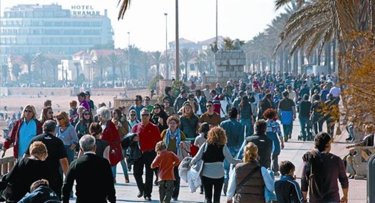 El paseo marítimo y la playa de Sitges, ayer, abarrotados de domingueros.