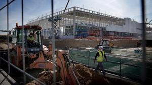 Obras del nuevo hospital de emergencias de covid-19, que el Gobierno de Madrid construye en Valdebebas.