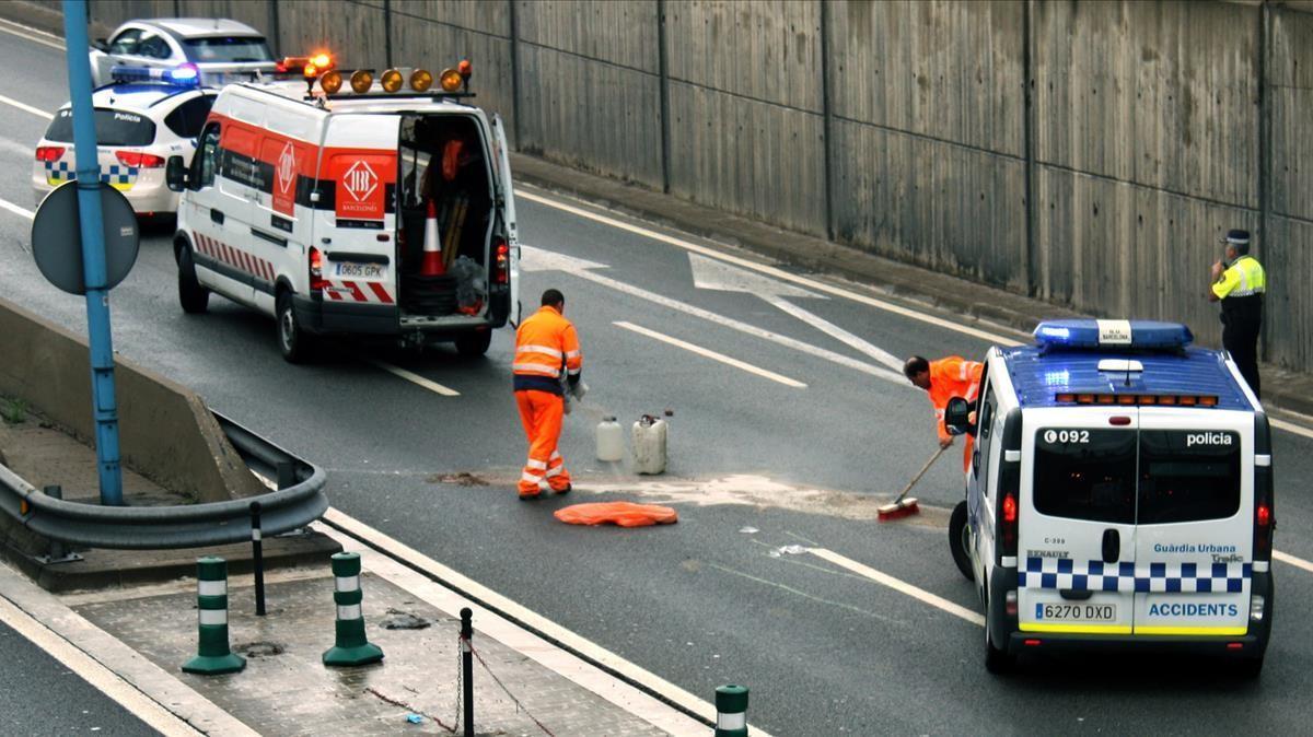 Accidente mortal entre una moto y un camión en la Ronda de Dalt