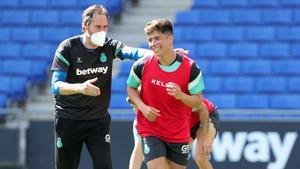 Vicente Moreno sonríe junto a Nico Melamed, en el entrenamiento de este viernes del Espanyol antes de desplazarse a Zaragoza.