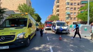 Una conductora perd el control i atropella 6 joves que esperaven el bus al Prat