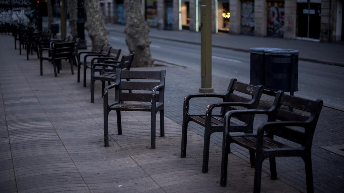 Sillas vacías en la Rambla de Barcelona.
