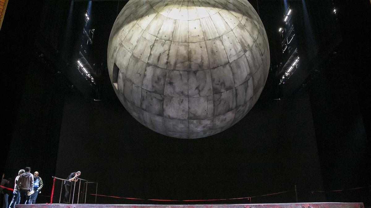Aspecto de la esfera de más de cinco toneladas, elemento principal de la escenografía de este'Tristán e Isolda' dirigido escénicamente por Àlex Ollé.