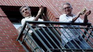 Dos vecinos en el barrio de Lavapiés, aplaudiendo desde el balcón.