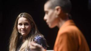 Shaina Machlus,a la derecha, conversa con Laura Bates sobre nueva misoginiadentro del programa de diálogos de Kosmopolis en el CCCB.