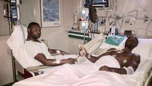 Abidal y su primo Gérard Armand en el Hospital tras la operación