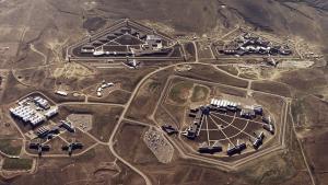 Ubicada a unos 185 kilómetros al sur de Denver, ADX es apodada como la Alcatraz de las (Montañas) Rocosas.