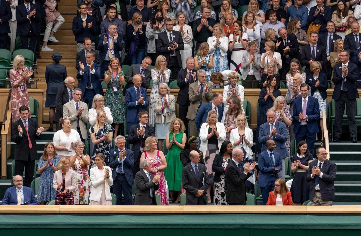 El palco de Wimbledon aplaude a Sarah Gilbert (sentada), una de las desarrolladoras de la vacuna de Astrazeneca.