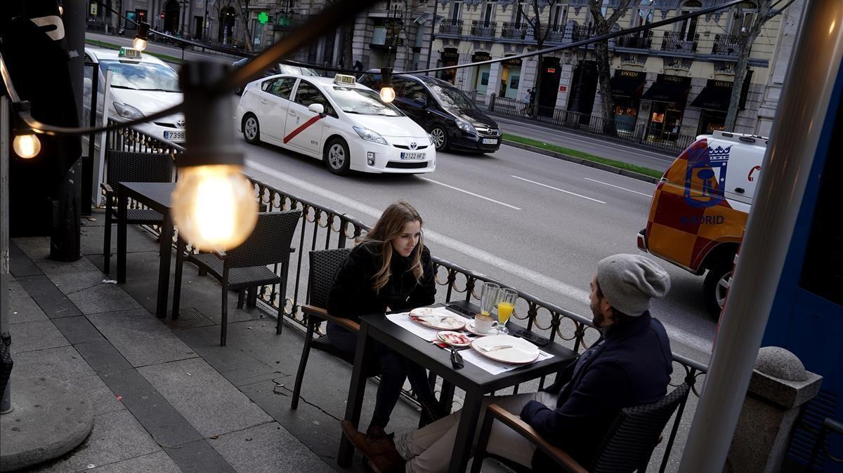 Una terraza en el centro de Madrid el día que se ha anunciado la ampliación del horario de apertura de los bares.