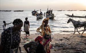 Mujeres senegalesas esperan a pescadores para comprar.