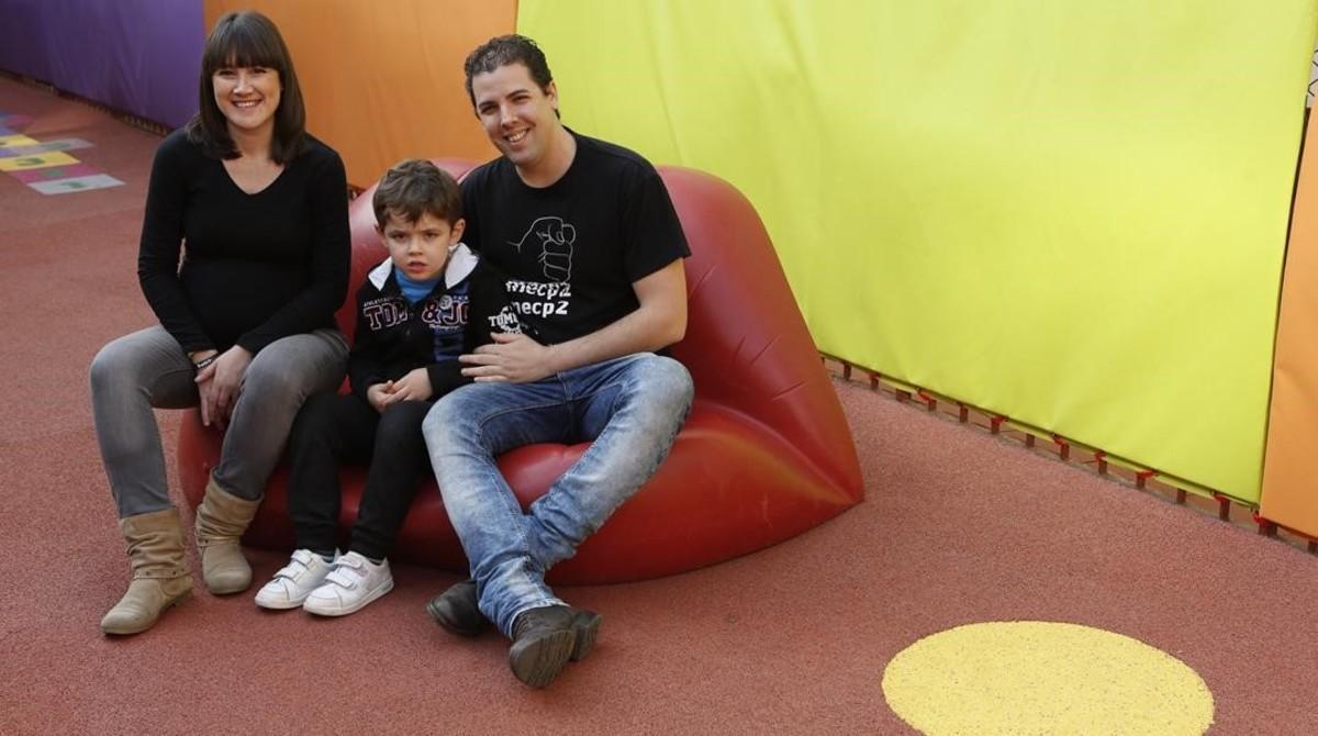 Ana Mourelo y Jose Brocal, con el pequeño Aitor.