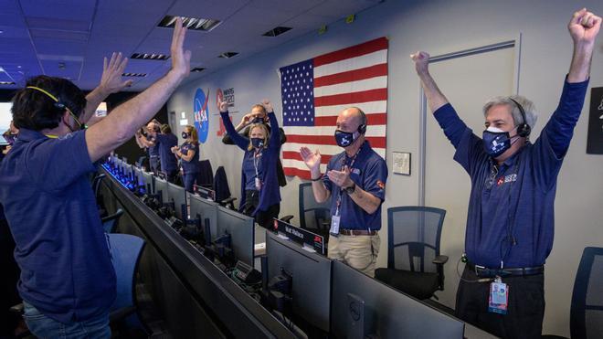El Perseverance aterriza con éxito y envía imágenes de la superficie marciana.