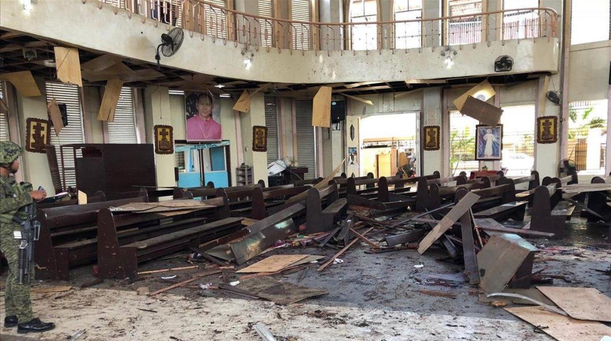 Interior de la catedral de Jolo, en Filipinas, tras registrar dos explosiones.