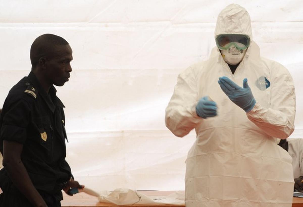 Un higienista senegalés demuestra cómo protegerse contra el virus del ébola