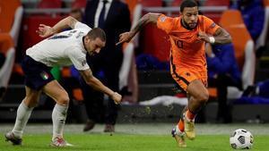Depay se escapa de Bonucci en el encuentro de la selección holandesa ante Italia.