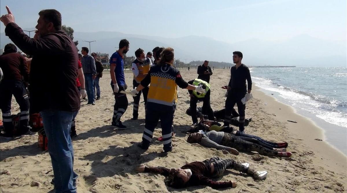 Los cadáveres de varios migrantes ahogados yacen en una playa de Esmirna, en el distrito de Kusadasi (Turquía), el 24 de marzo.