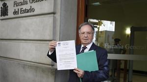 El secretari general de Manos Limpias, Miguel Bernard, a les portes de la Fiscalia aquest dijous amb la querella contra Mas a les mans.