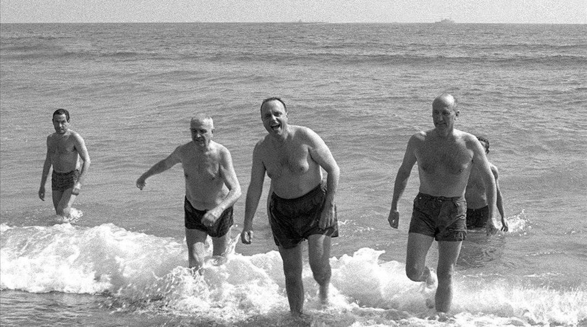 El ministro Manuel Fraga y el embajador estadounidense se bañan en la playa de Palomares, en 1966.