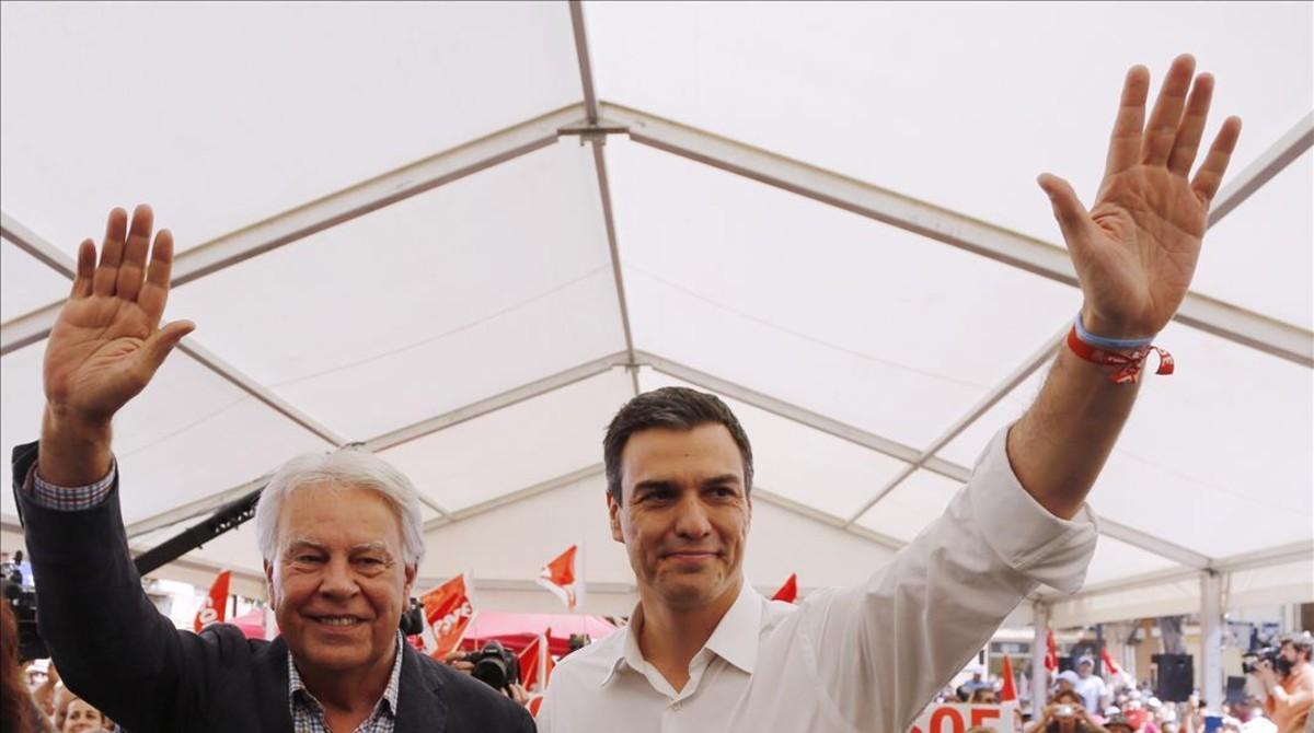 Felipe González y Pedro Sánchez, este viernes en Madrid.
