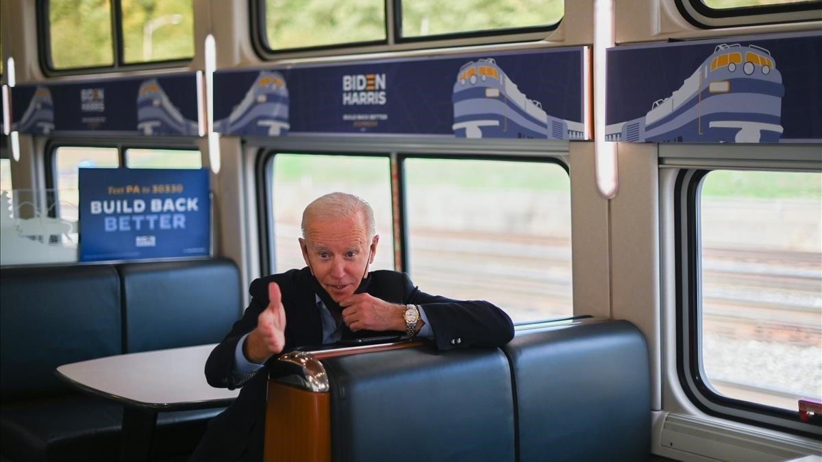 El candidato demócrata, Joe Biden, en el tren en el que ha recorrido Ohio y Pensilvania.