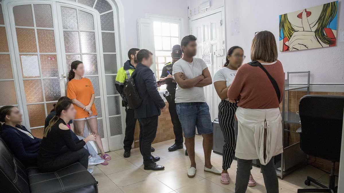 La Guardia Urbana inspecciona y precinta pisos turísticos