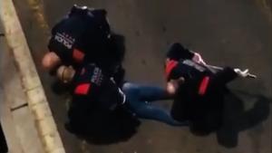 Sancionats quatre antiavalots per colpejar un jove al Raval