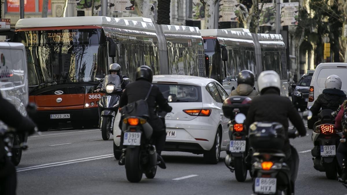 Trafico de coches y autobuses en la Diagonalde Barcelona.