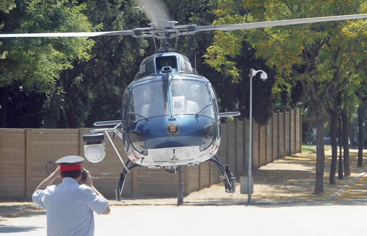 Un helicóptero de los Mossos, a punto de despegar.