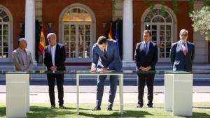 El presidente del Gobierno, Pedro Sánchez, firma su primer acuerdo en pensiones; en presencia de los líderes patronales y sindicales.