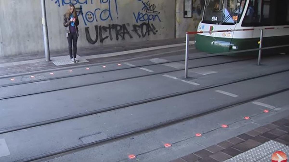 La ciudad alemana de Augsburgo ha colocado leds en la calzada en los cruces con tranvías para que hasta los que no apartan la mirada del móvil sepan cuándo está en rojo.