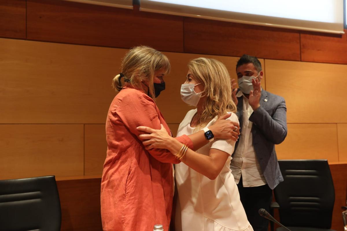 Gemma Badia y Raquel Sánchez durante el pleno de renuncia de esta última del pasado domingo en el Ayuntamiento de Gavà