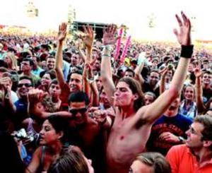 Un grupo de asistentes al Rock in Rio, durante los conciertos de la tarde del viernes.