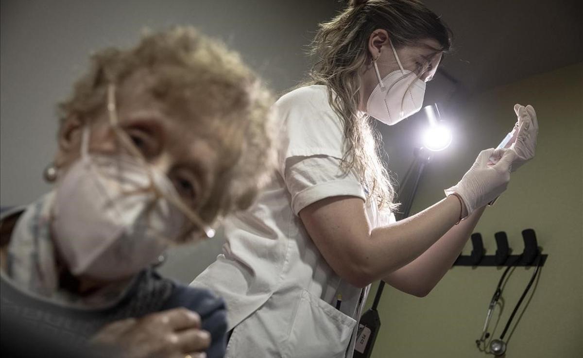 Vacunación contra el covid con la vacuna de Pfizer a mayores de 80 anos. En la imagen, una mujer recibe la vacuna en el CAP Bordeta-Magòria.