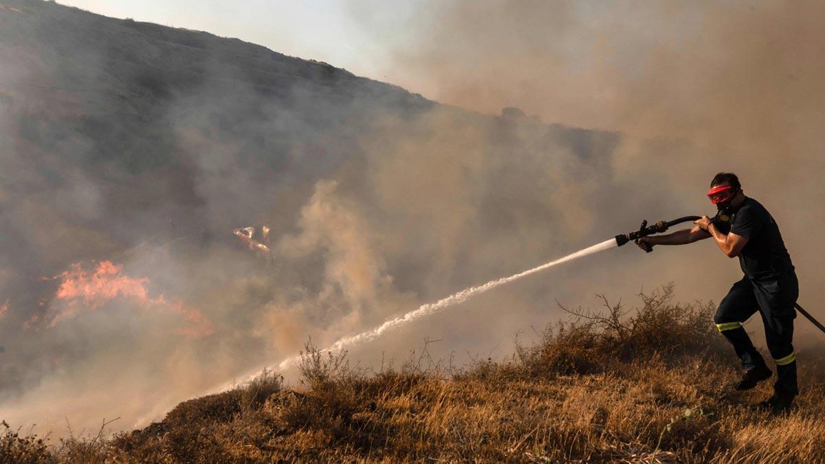 Un bombero trabaja para contener el fuego en el área de Kotsiatis, a las afueras de Nicosia, Chipre.