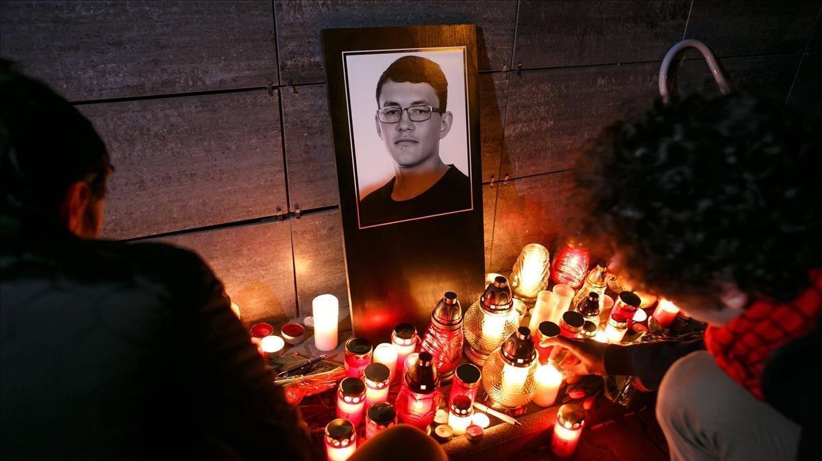 Foto de archivo del tributo en memoria del periodista eslovaco Jan Kuciak que fueasesinado junto a su noviamientras investigaba casos de corrupción.