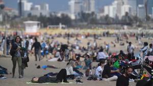 Ambiente en la playa de la Barceloneta este domingo al mediodía